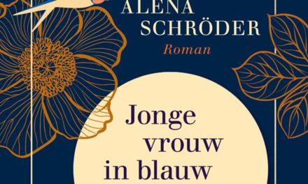 Jonge vrouw in blauw bij avondlicht – Alena Schröder